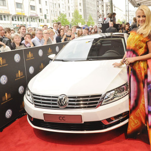 Jenny Elvers-Elbertzhagen meets Volkswagen @ DEUTSCHER FILMPREIS | © www.photocube.de
